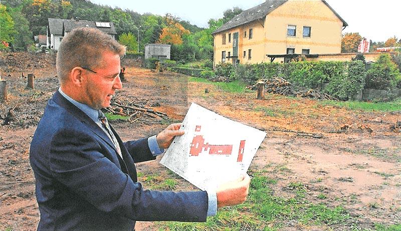 Herr Gerstl mit Bauplan